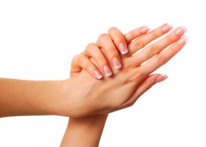 Frissítsd fel kezeidet és újíts magadnak csodás körmöket csillogó Swarovski kővel!  Tavasszal végre lekerül kezünkről a kesztyű, ideje hát, hogy kezelésbe vegyük, ápoljuk és díszítsük! A Figler Stúdió most teljes körű kézápolást kínál számodra, amely tartalmaz egy frissítő, kényeztető kézmasszázst is puhító és ápoló krémmel.  Körmeid sem maradnak majd ki a jóból! A mini manikűrt követően géllakkozással csinosítják őket, hogy a legvégén mintegy koronaként 1-1 ujjadra Swarovski köves díszítés kerüljön.  Tündökölj tavasszal csillogó körmöddel és ápolt, selymesen puha kezeddel barátaid, kollégáid körében!